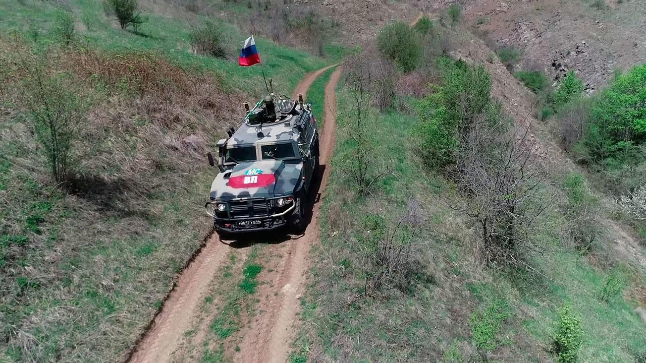 Военная полиция российских миротворцев в Нагорном Карабахе проводит патрулирование Лачинского коридора