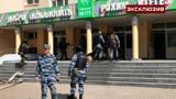 «Стоял запах пороха, мы забились под парты»: ученик рассказал о трагедии в школе в Казани
