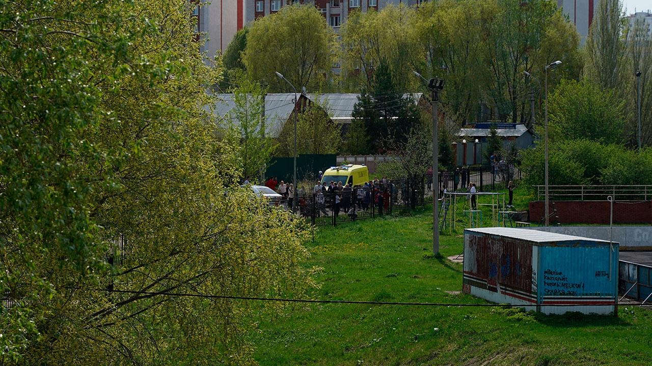 СМИ: напавшие на школу в Казани удерживают детей в заложниках