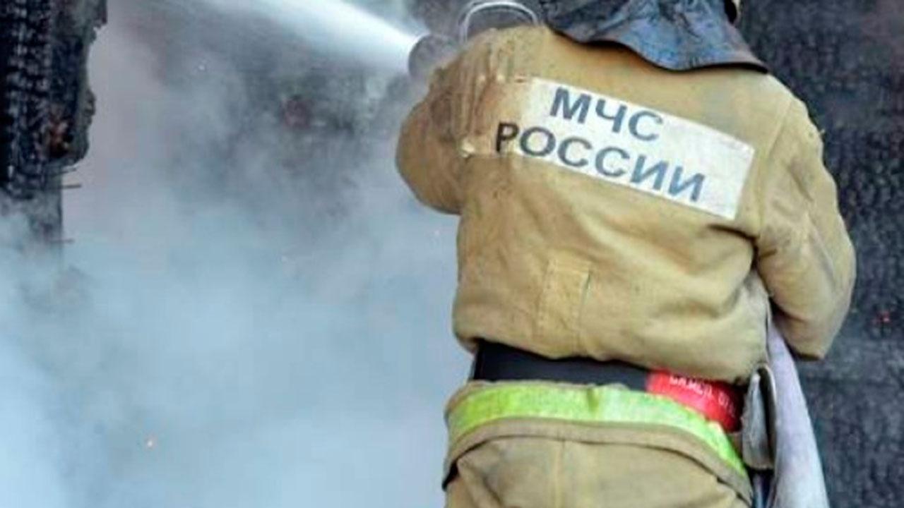 В Нижегородской области горит здание пилорамы на 900 «квадратах»