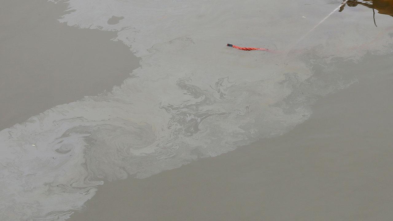 Режим ЧС введен в Усинске Республики Коми из-за разлива нефти в реке Колве