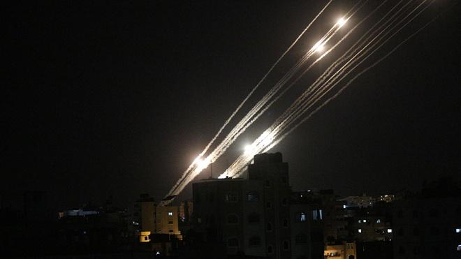 «Далее будет масштабнее»: ХАМАС запустил сотню ракет по израильскому городу Беэр-Шева