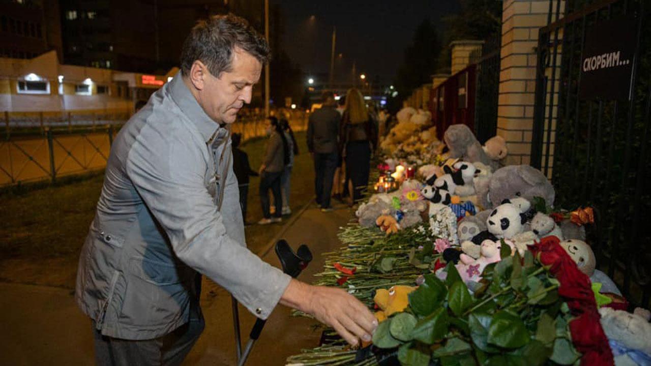 Мэр Казани возложил цветы к мемориалу у казанской школы