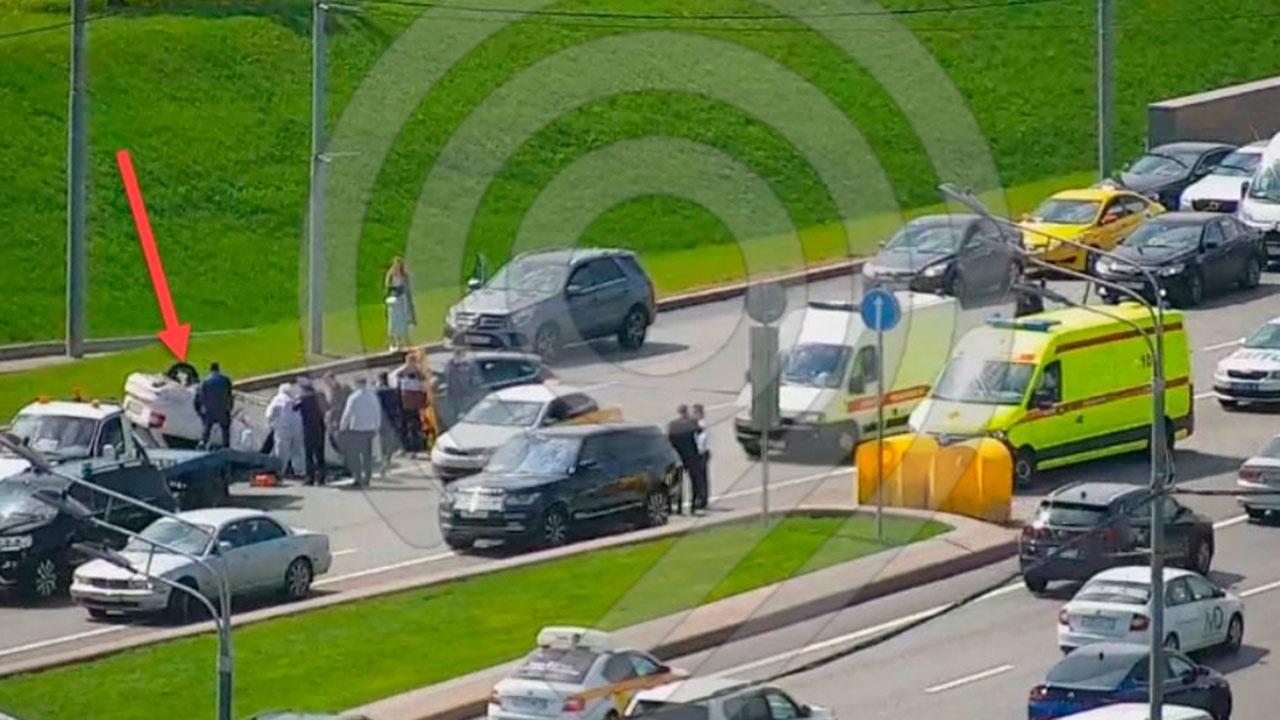 Автомобиль перевернулся в результате крупного ДТП на Кутузовском проспекте