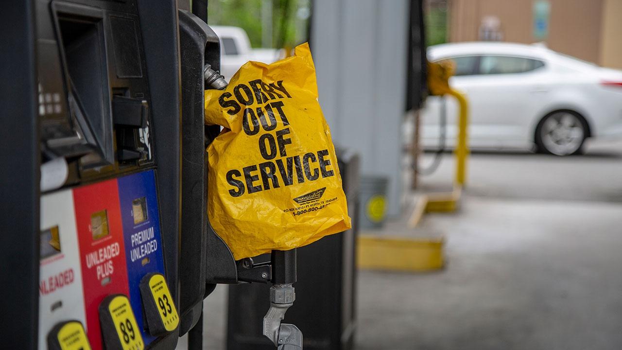 Многокилометровые очереди образуются на американских заправках из-за дефицита бензина