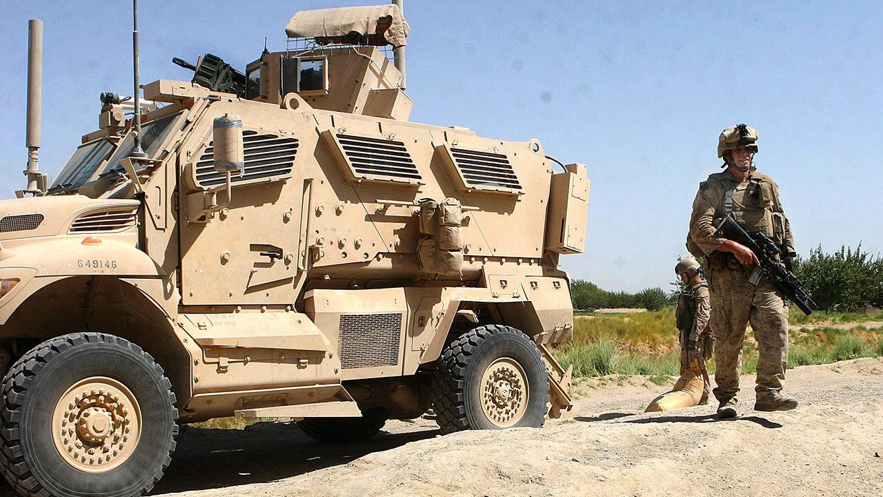 Российские военные остановили двигавшуюся по несогласованному маршруту колонну техники США в Сирии