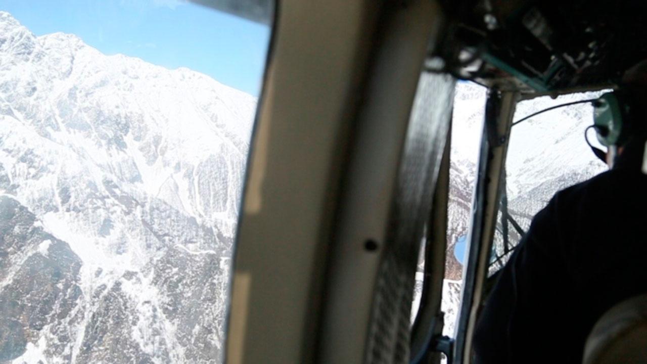 Сотрудники МЧС Абхазии ищут в горах попросивших о помощи туристов из РФ