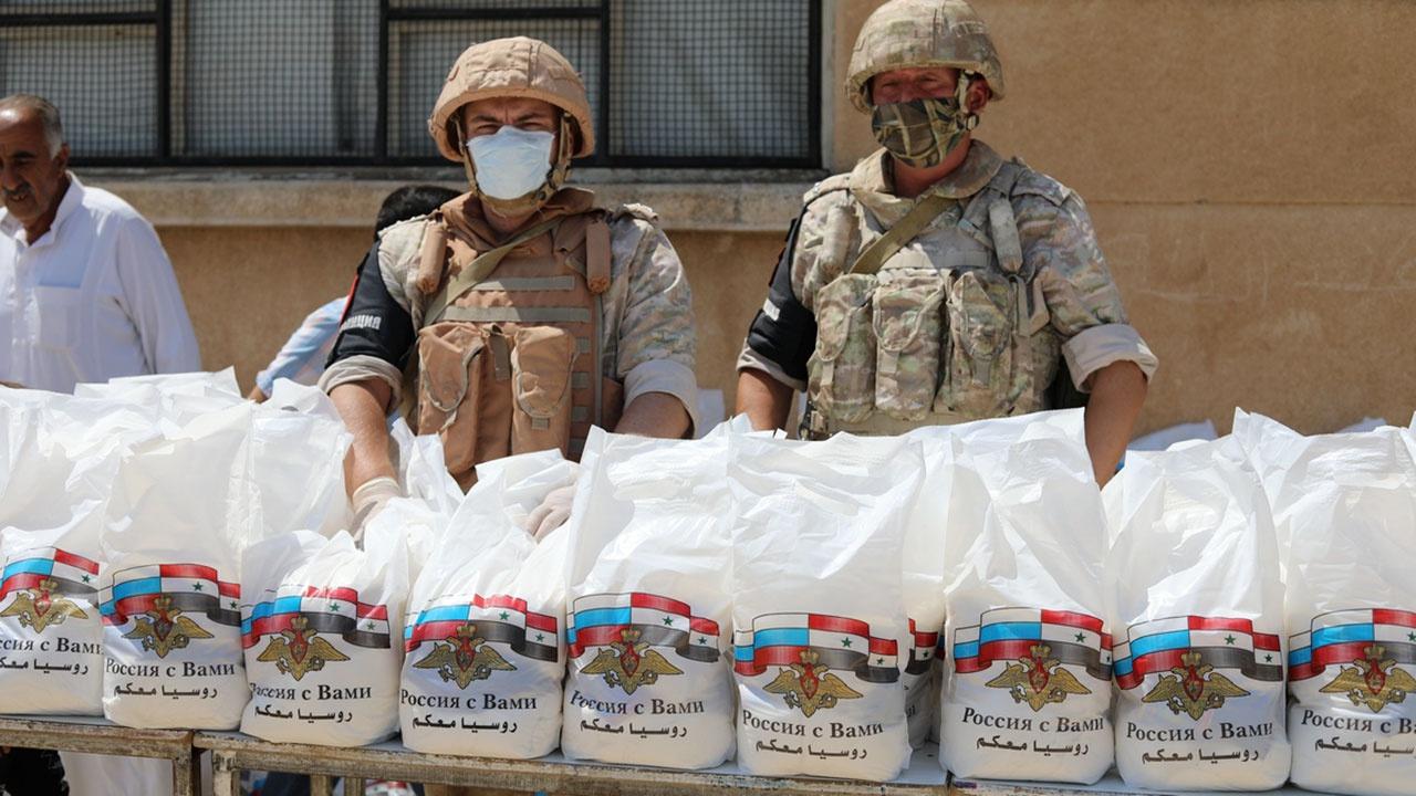Российские военнослужащие в Сирии передали местным жителям три тысячи медкомплектов