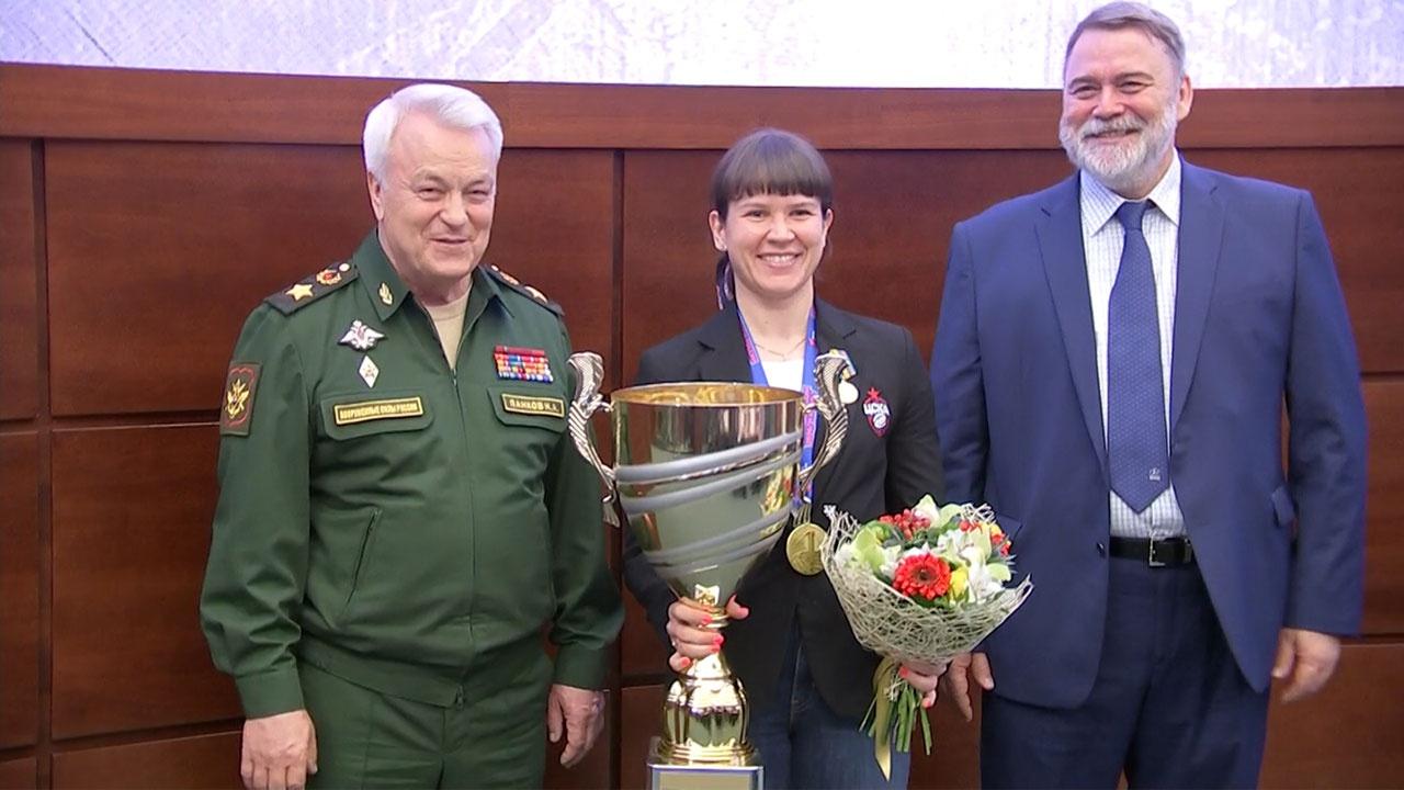 Замминистра обороны Панков вручил чемпионский кубок женской команде регби-клуба ЦСКА