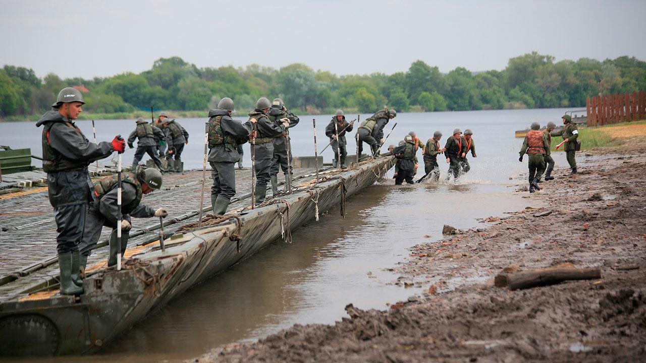 Военные инженеры установят наплавной мост на месте разрушенной переправы под Ростовом