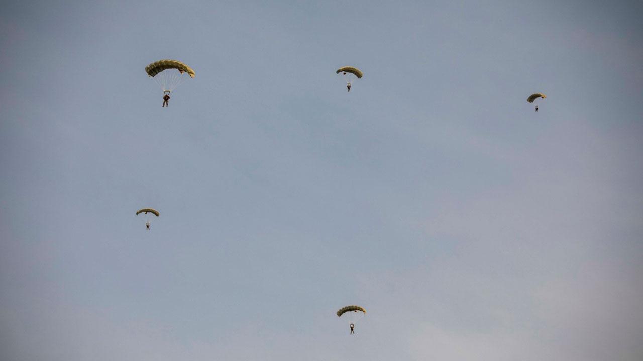 Бойцы ВДВ совершили десантирование с высоты 6 тысяч метров под Псковом