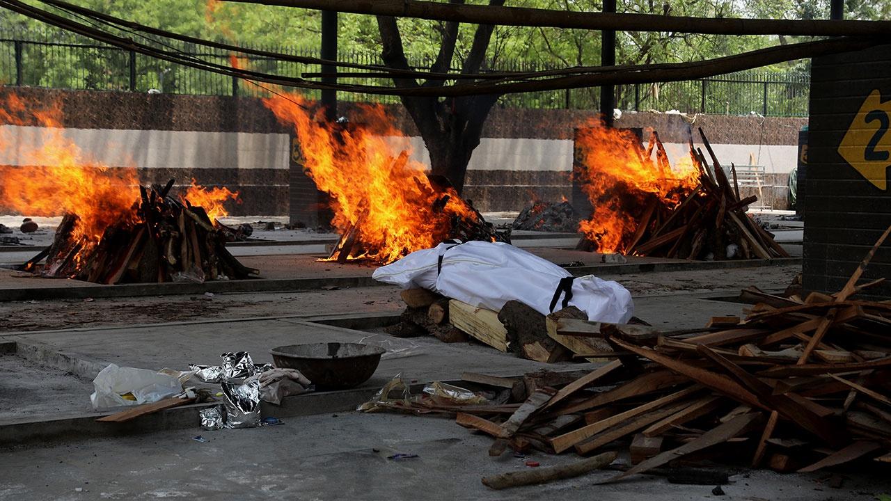 СМИ: река Ганг переполнена телами жертв коронавируса в Индии
