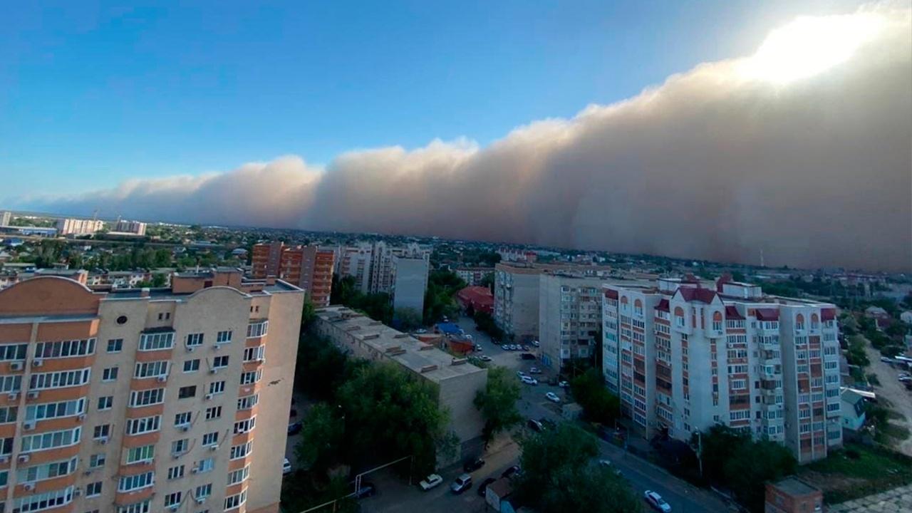 Несколько человек пострадали в результате мощной бури в Астрахани