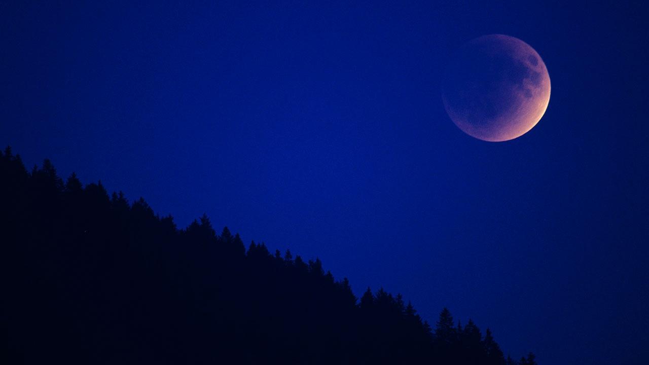 Кровавая  Суперлуна: ученый объяснил уникальность полного затмения 26 мая
