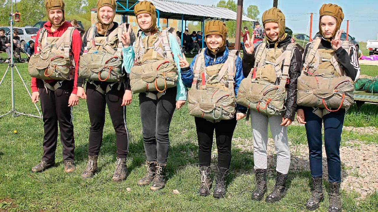 Юнармейцы совершили первые прыжки с парашютом в Амурской области в честь пятилетия движения