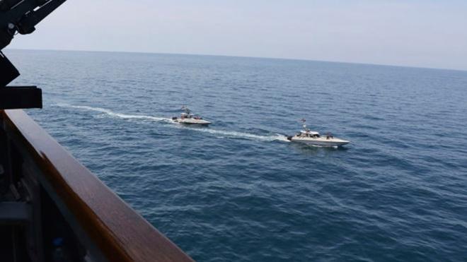 СМИ: корабль ВМС Ирана загорелся в Оманском заливе