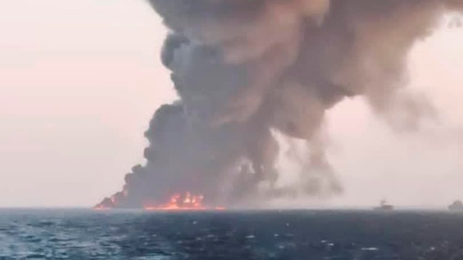 Опубликованы кадры пожара на самом большом корабле ВМФ Ирана