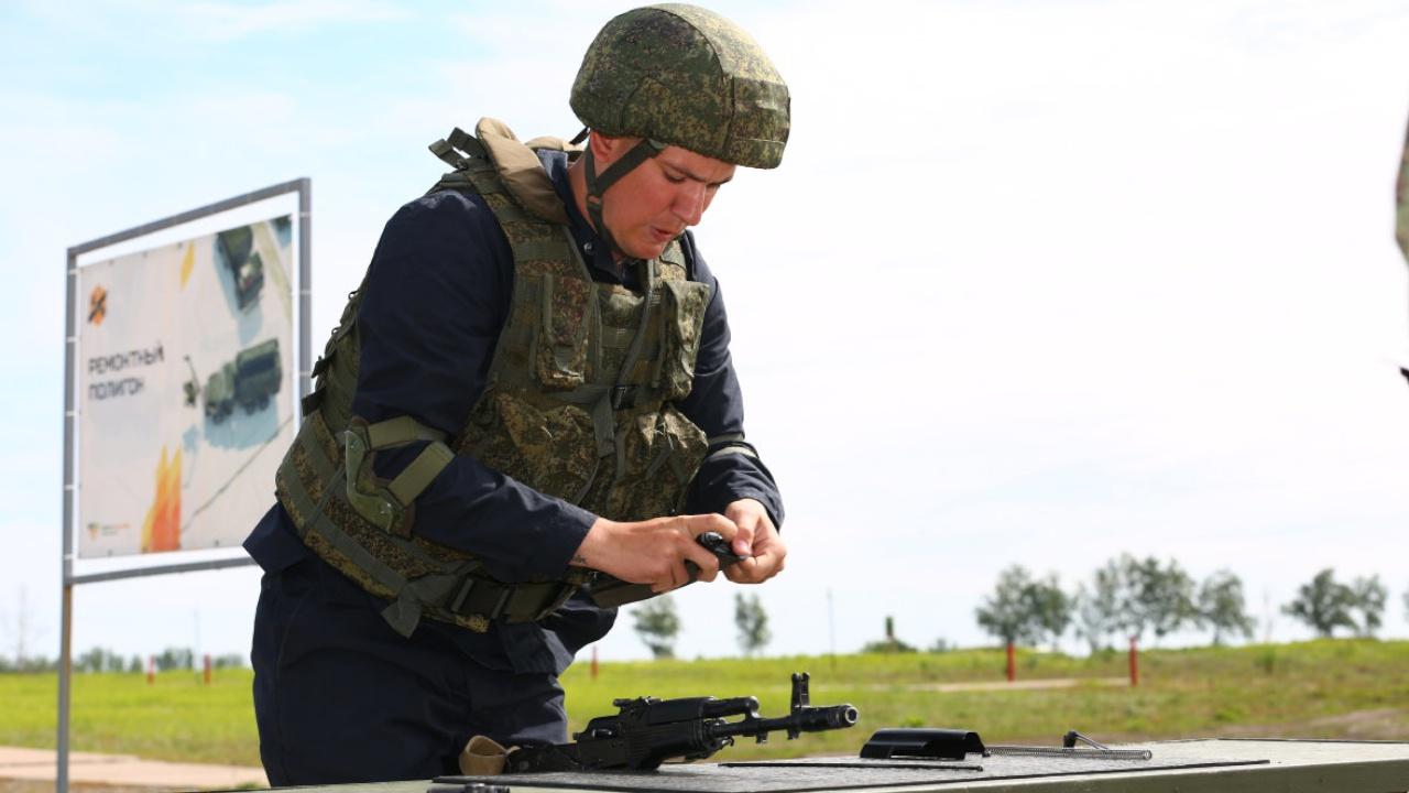 Как свои пять пальцев: определены лучшие военные мастера России по ремонту стрелкового оружия