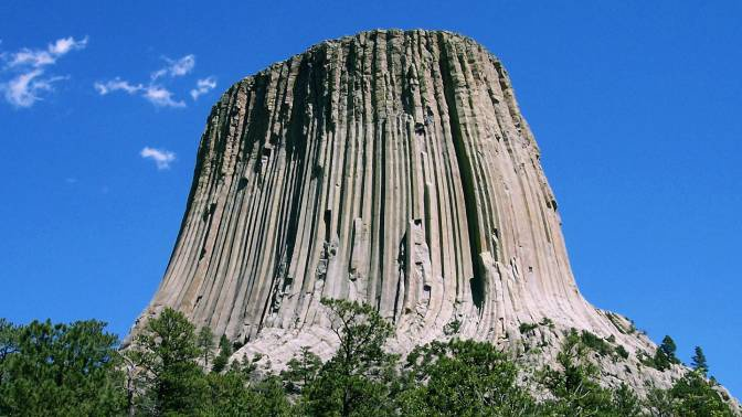 Необычные очертания и свет на вершине: ученые пытаются разгадать тайну Башни Дьявола в США