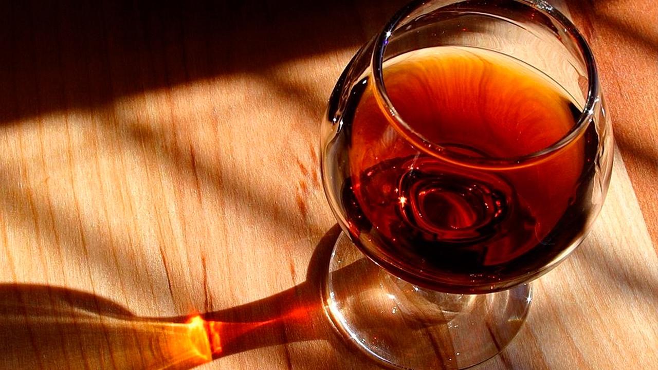 Врач рассказала, почему опасно лечить алкоголем отравления