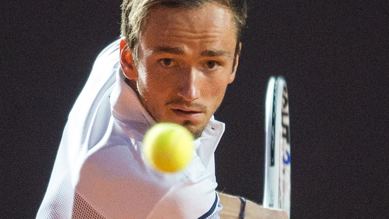 Теннисист Даниил Медведев уступил Стефаносу Циципасу в четвертьфинале Roland Garros