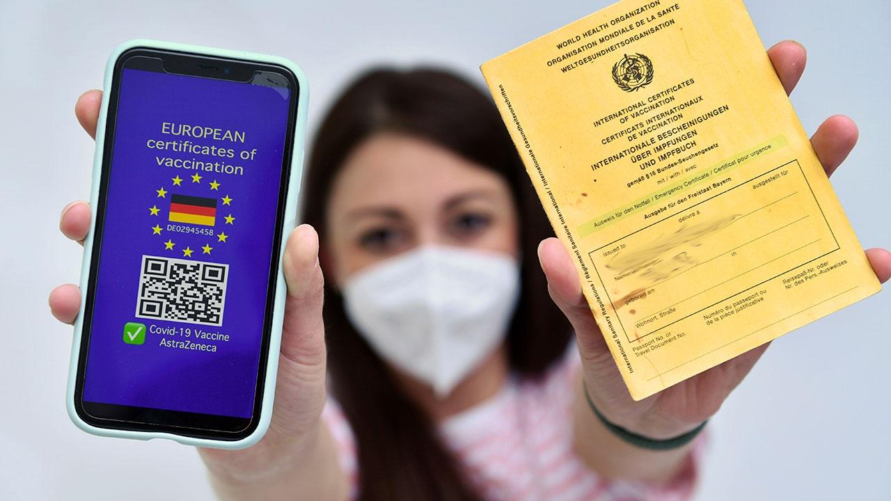 Европарламент утвердил введение в ЕС цифровых COVID-сертификатов