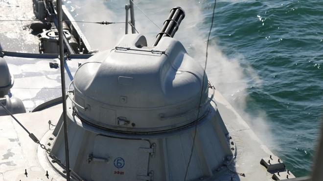 Один против всех: МАК «Махачкала» отбивается от авиации «противника» на Каспии
