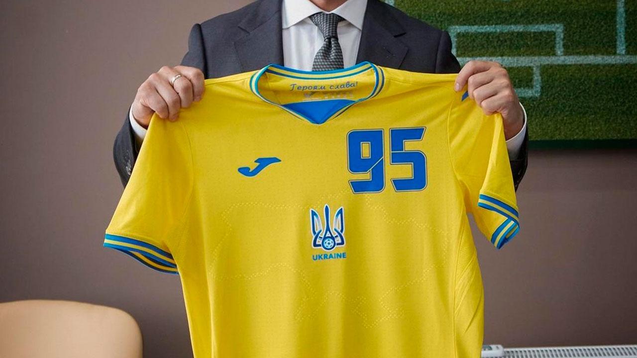 УЕФА будет следить за тем, чтобы слоган «Героям слава!» был прикрыт на форме сборной Украины