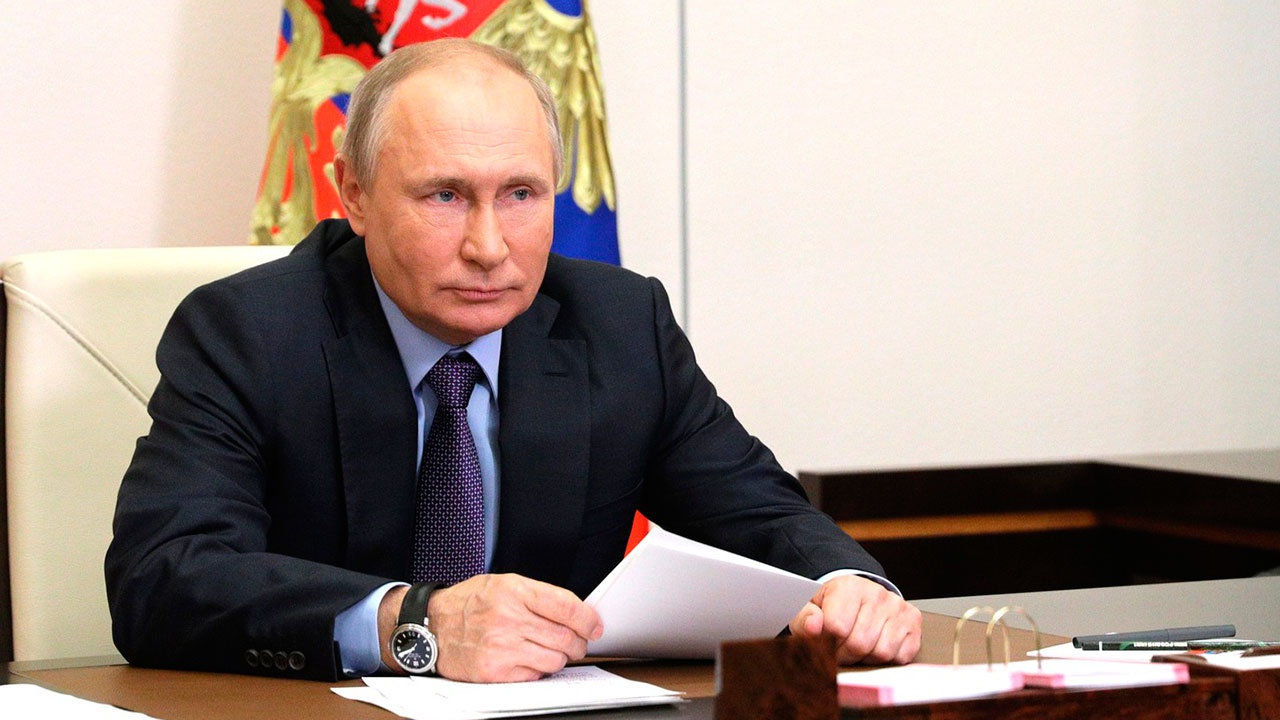 Путин назвал фарсом обвинения России в хакерских атаках на США
