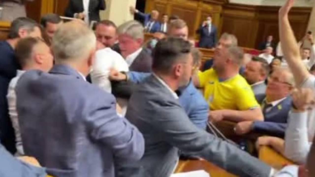 В Верховной раде устроили массовую драку после призыва к расстрелу оппозиционеров