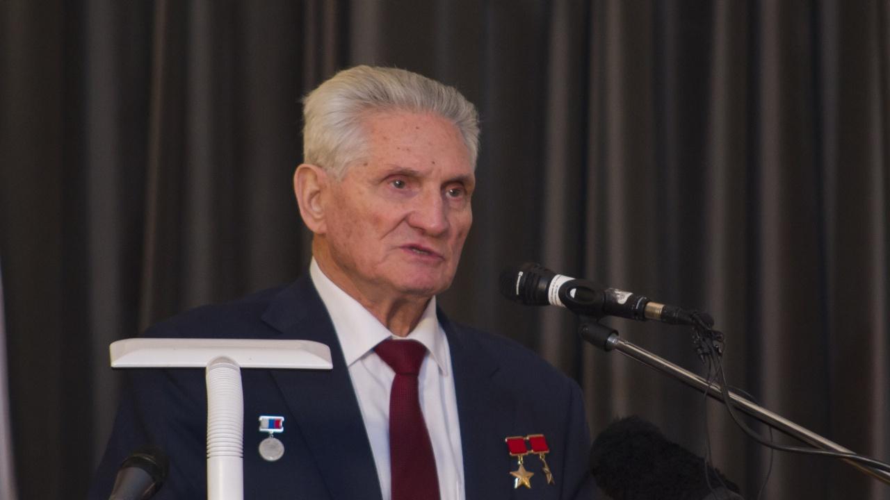 На военном мемориальном кладбище в Мытищах началось прощание с космонавтом Шаталовым