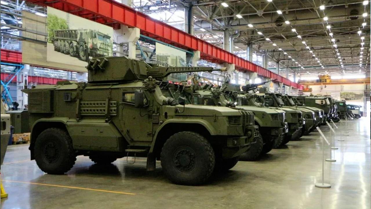 Минобороны РФ получит первую партию новейших бронеавтомобилей «Напарник»