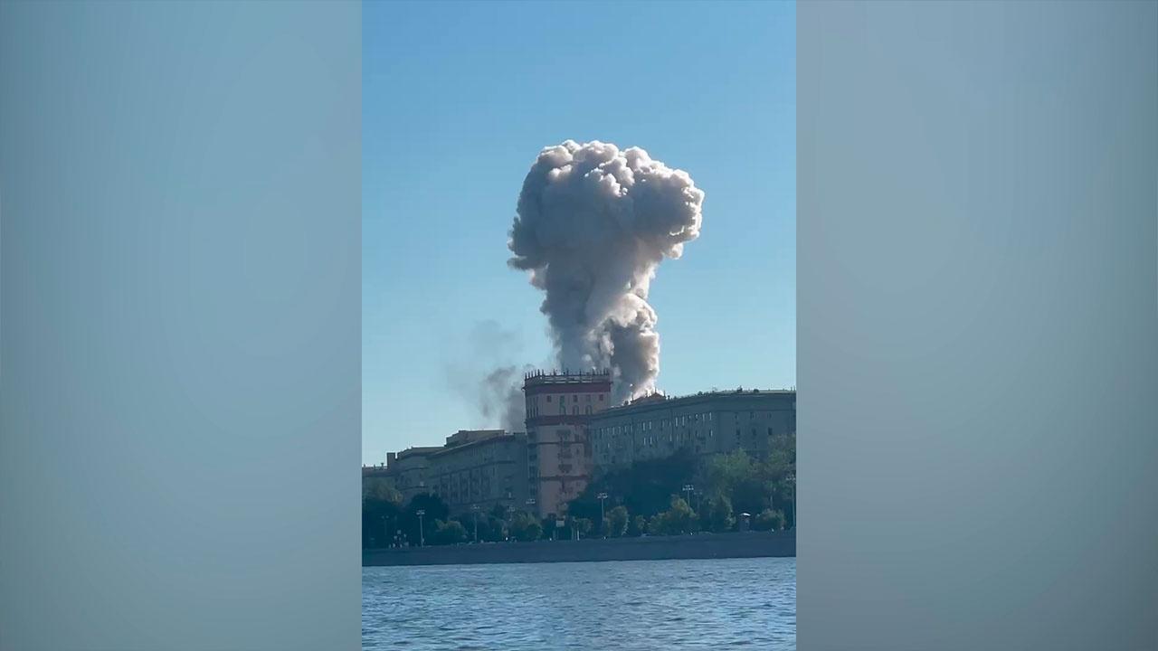 На горящем складе пиротехники в Москве находилось 15 тонн взрывчатых веществ