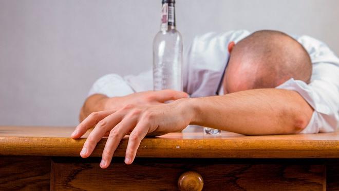 Ученые перечислили признаки «алкогольного Альцгеймера»
