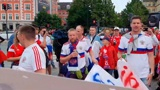 Болельщики из России перед матчем с Данией поют «Катюшу» в метро Копенгагена
