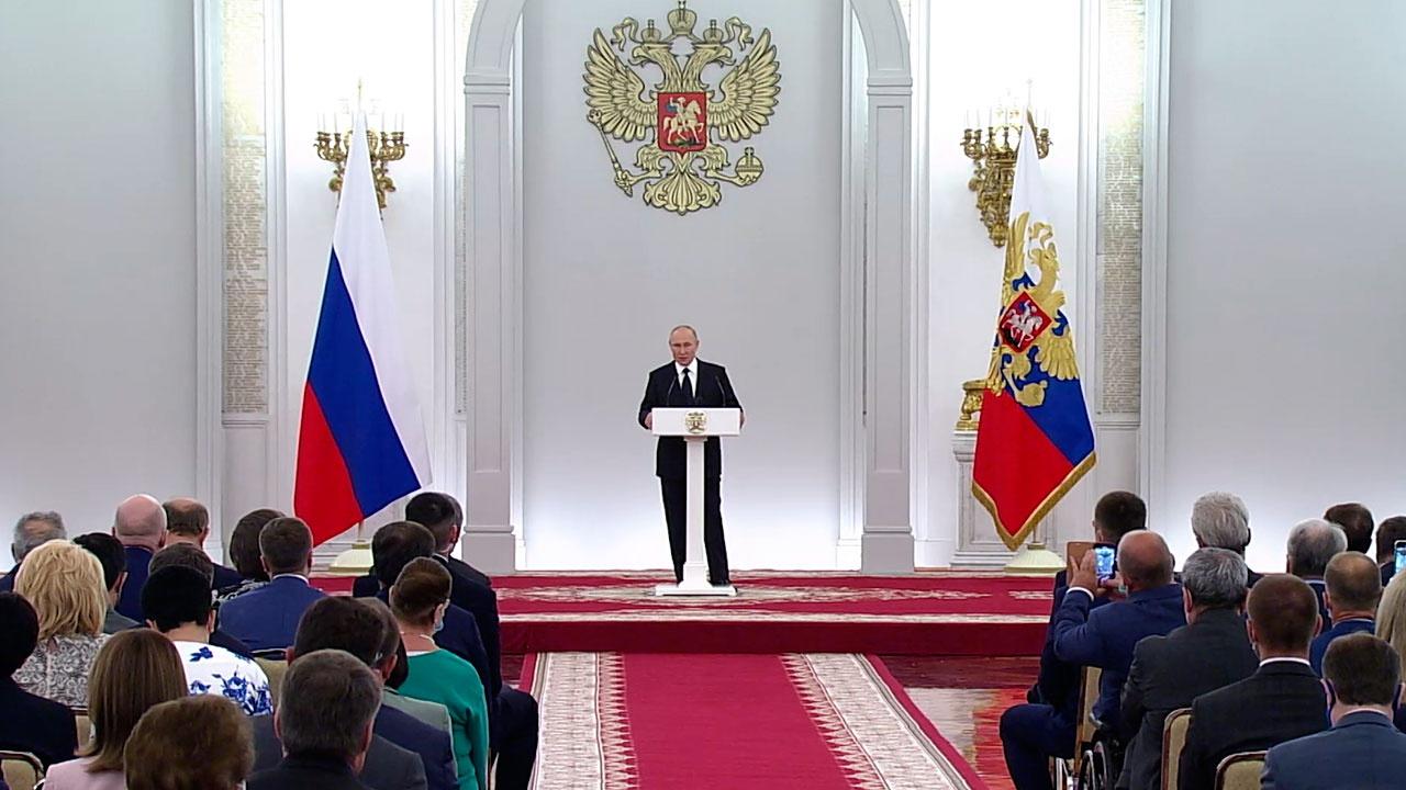 Путин заявил, что угроза COVID-19 не отступила