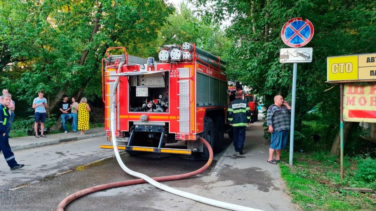 Автосервис вспыхнул в подмосковном Красногорске