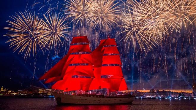 Сказочные проводы во взрослую жизнь: как прошел фестиваль «Алые паруса» в Петербурге