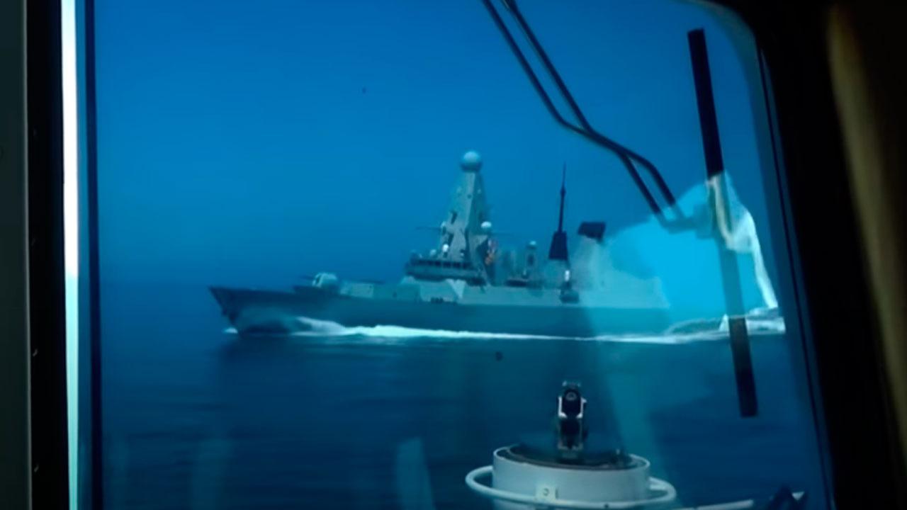 СМИ: секретные документы о проходе эсминца Defender нашли на остановке в Англии