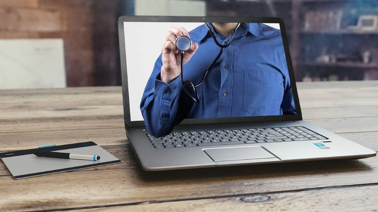 Опрос показал, что россияне больше верят мифам в интернете, чем врачам