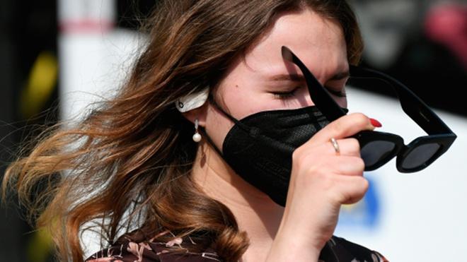 Врач рассказала, как носить маску в жару