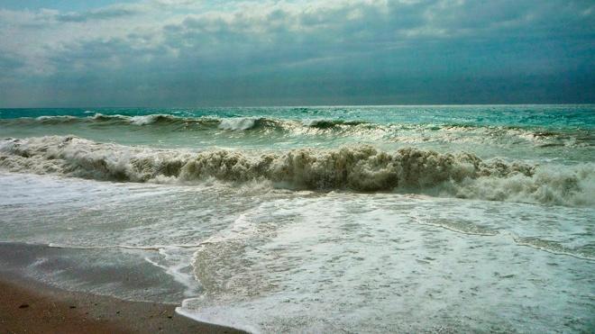 Российский турист утонул во время шторма в Гагре