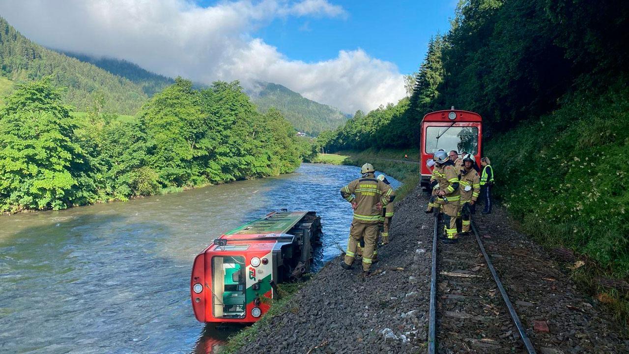 В Альпах сошел с рельсов и упал в реку вагон поезда с школьниками