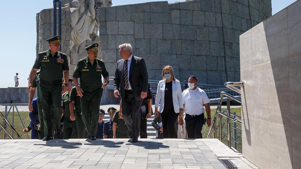 Сергей Шойгу посетил музейный комплекс «Самбекские высоты» в Ростовской области