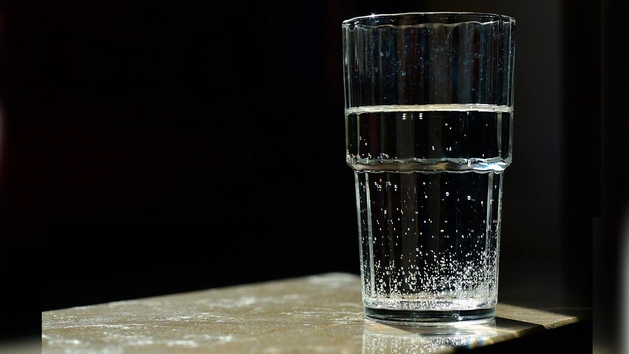 Врач объяснила, как часто нужно пить воду в жару