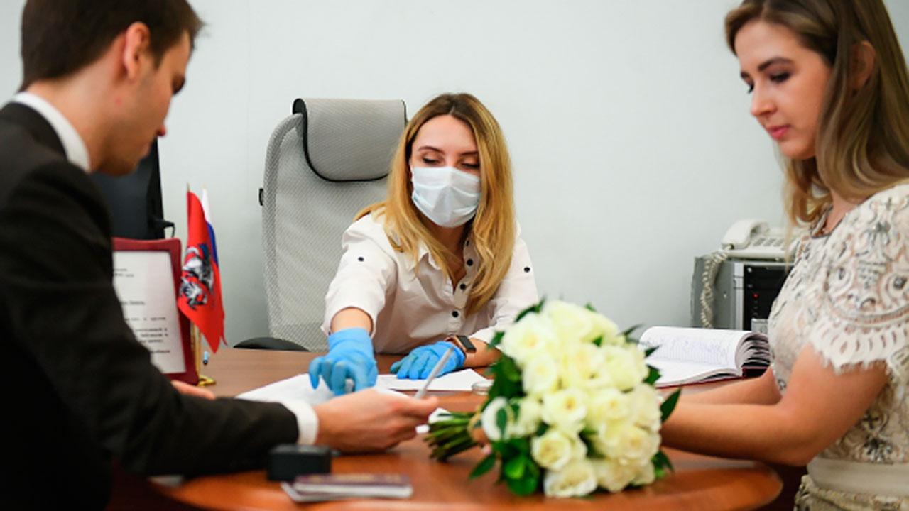 В России упразднили обязательную регистрацию браков