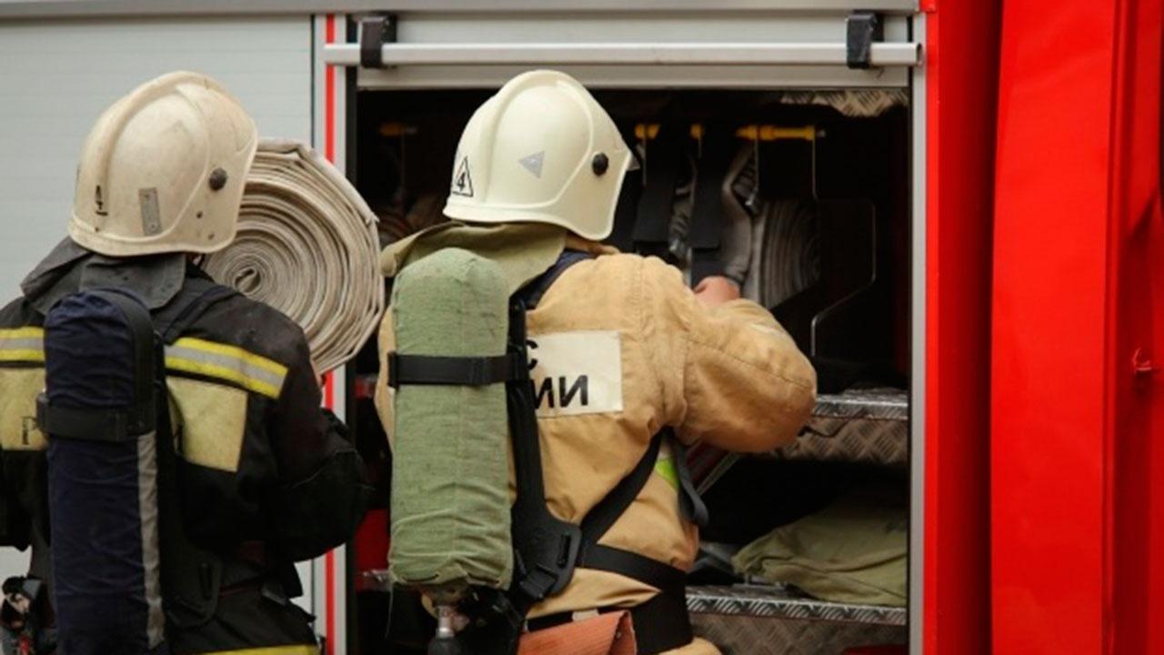 Огонь охватил квартиру и балконы многоэтажки в Москве: есть пострадавшие