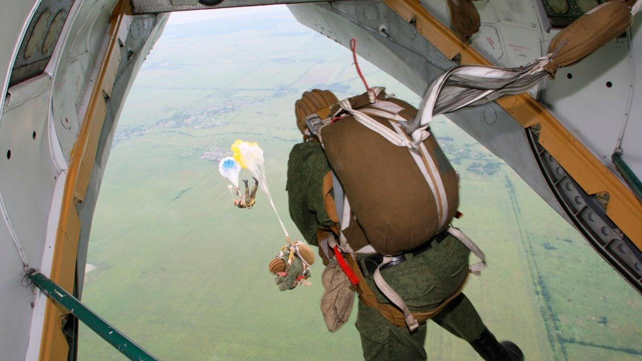 Разведчики Балтфлота выполнили программу по прыжкам с парашютом под Калининградом