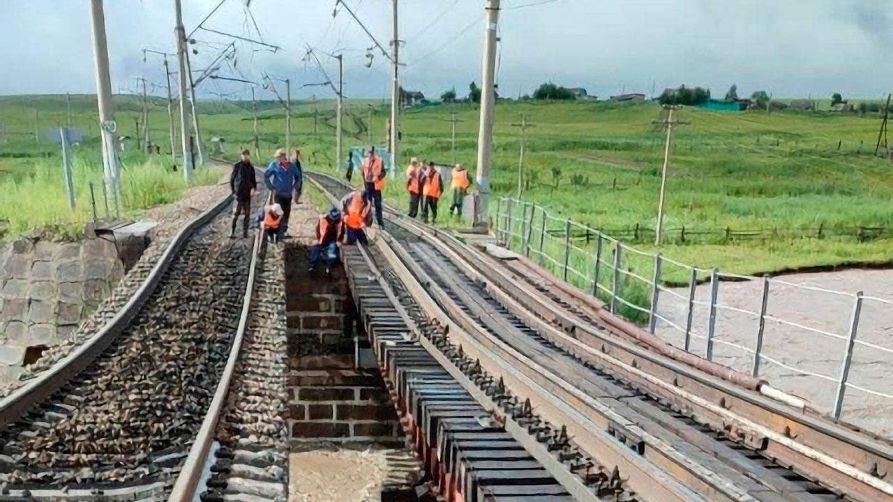 В Забайкалье после разрушения железнодорожного моста из-за ливней впервые пустили составы с грузом