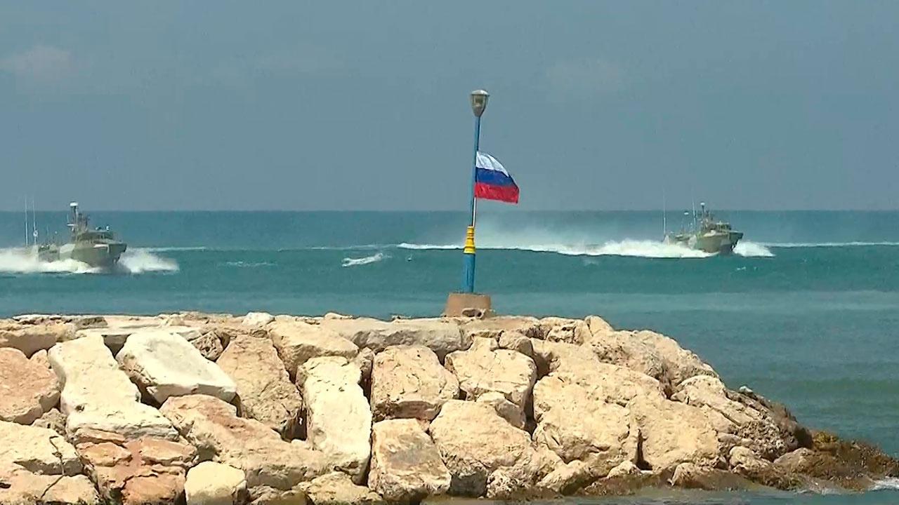 На скорости по сирийским волнам: кадры выступлений флота в Тартусе на День ВМФ
